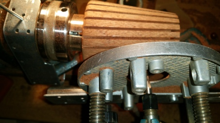 3. The router is rested on the tool guide and the base on the vase side.